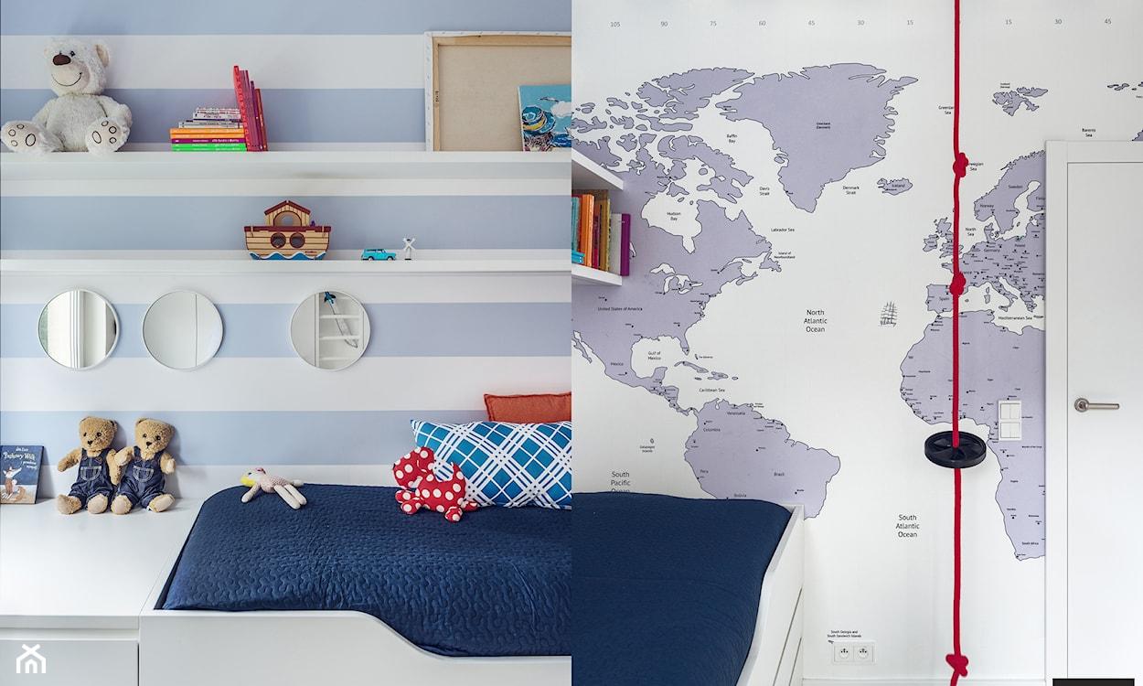 tapeta w biało-błękitne pasy w pokoju dziecka, tapeta z mapą świta w pokoju dziecka