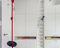 Wnętrze z Banksy`m - Średni biały niebieski pokój dziecka dla chłopca dla rodzeństwa dla malucha, styl skandynawski - zdjęcie od studio POTORSKA