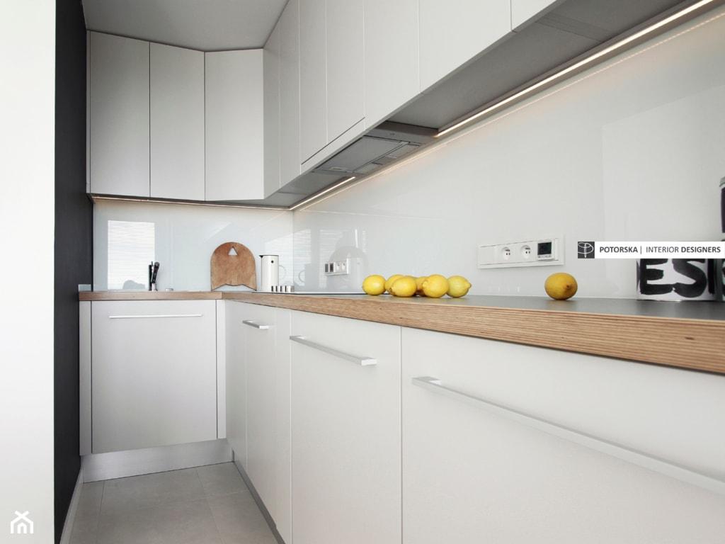 Studio na 10 piętrze - Mała wąska biała czarna kuchnia w kształcie litery l, styl minimalistyczny - zdjęcie od studio POTORSKA - Homebook