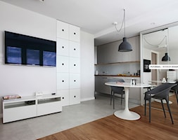 Studio na 10 piętrze - Mały biały salon z kuchnią z jadalnią, styl minimalistyczny - zdjęcie od studio POTORSKA
