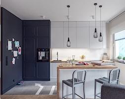 Średnia otwarta beżowa kuchnia jednorzędowa z wyspą, styl industrialny - zdjęcie od studio POTORSKA