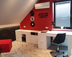 Pokój Młodzieżowy - Mały szary czerwony pokój dziecka dla chłopca dla dziewczynki dla ucznia dla malucha dla nastolatka - zdjęcie od METAMORFOZA Projektowanie Wnętrz