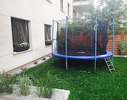 Moje zielone made in warsaw - Średni ogród za domem z trampoliną, styl tradycyjny - zdjęcie od martynka