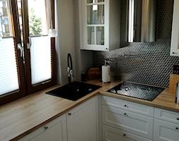 Realizacja-Będzin - Mała zamknięta biała czarna kuchnia w kształcie litery l z oknem, styl skandynawski - zdjęcie od Vertussi Manufaktura Mebli
