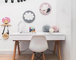 Pokoje dziecięce - aranżacja oraz stylizacja sesji dla sklepu Kalaluszek - Mały biały pokój dziecka dla dziewczynki dla malucha, styl skandynawski - zdjęcie od ARCHISSIMA