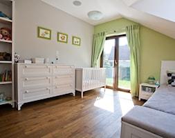 Dom w Krakowie - realizacja - Średni szary zielony pokój dziecka dla chłopca dla dziewczynki dla niemowlaka, styl prowansalski - zdjęcie od ARCHISSIMA