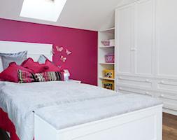 Dom w Krakowie - realizacja - Średni biały różowy pokój dziecka dla dziewczynki dla malucha, styl prowansalski - zdjęcie od ARCHISSIMA
