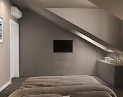Projekt wnętrz mieszkania - Średnia beżowa sypialnia małżeńska na poddaszu z garderobą, styl nowoczesny - zdjęcie od ARCHISSIMA