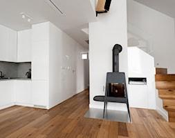 Mieszkanie w Krakowie 1 - realizacja - Mały biały salon z kuchnią, styl nowoczesny - zdjęcie od ARCHISSIMA