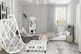 podłoga z szarych desek, stolik na kółkach z palet, biały fotel wiszący, białe łóżko