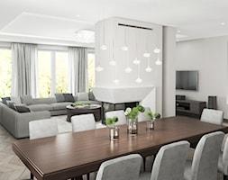 Projekt wnętrz domu - Duży biały salon z jadalnią z tarasem / balkonem, styl klasyczny - zdjęcie od ARCHISSIMA