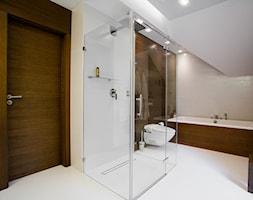 Dom w Krakowie - realizacja - Średnia beżowa brązowa łazienka na poddaszu w domu jednorodzinnym, styl nowoczesny - zdjęcie od ARCHISSIMA