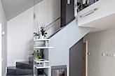 kamienne schody, białe ściany, biały regał, szary sufit