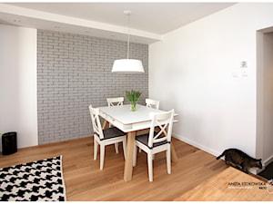 METAMORFOZA NA PRADZE - Mała otwarta biała jadalnia jako osobne pomieszczenie, styl nowoczesny - zdjęcie od WNĘTRZNOŚCI Projektowanie wnętrz i mebli Aneta Stokowska
