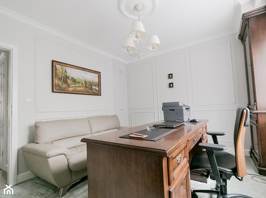 Aranżacje wnętrz - Biuro: 54 - Średnie białe biuro domowe w pokoju, styl klasyczny - MADA design. Przeglądaj, dodawaj i zapisuj najlepsze zdjęcia, pomysły i inspiracje designerskie. W bazie mamy już prawie milion fotografii!