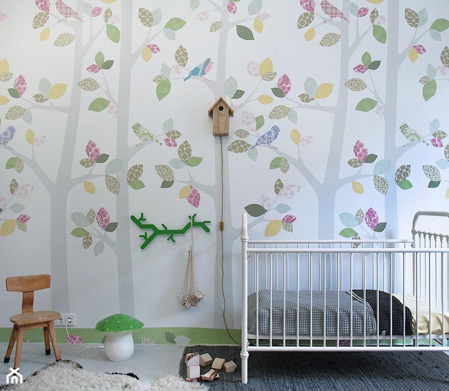 Aranżacje wnętrz - Pokój dziecka: Dekoracje ścian dla dzieci - Średni biały kolorowy pokój dziecka dla chłopca dla dziewczynki dla niemowlaka dla malucha, styl vintage - RAMARAMA - Ściana & Dekoracje. Przeglądaj, dodawaj i zapisuj najlepsze zdjęcia, pomysły i inspiracje designerskie. W bazie mamy już prawie milion fotografii!