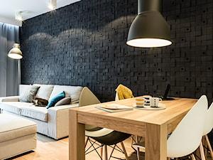 mieszkanie prywatne 60m2 - Rezydencja Daglezja - Toruń - Średnia otwarta czarna jadalnia w salonie, styl nowoczesny - zdjęcie od studio 1111