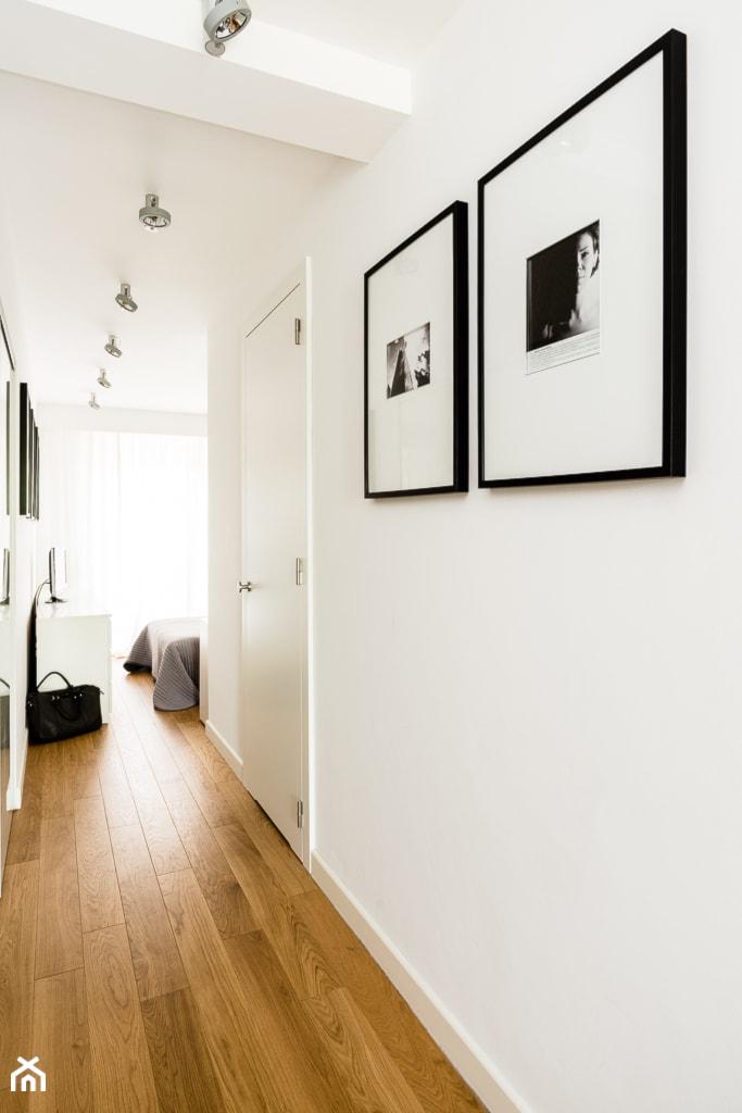 biel, naturalne drewno, oświetlenie Deltalight - zdjęcie od studio 1111