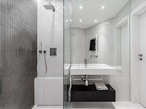 """mieszkanie prywatne 60m2 - """"Horyzonty Gdyni"""" - Mała biała czarna łazienka na poddaszu w bloku w domu jednorodzinnym bez okna, styl minimalistyczny - zdjęcie od studio 1111"""
