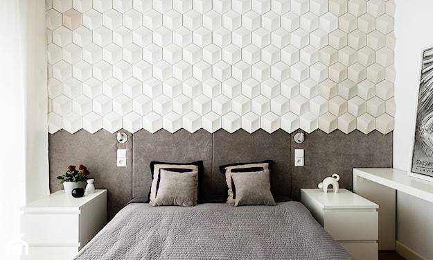 sypialnia z panelami 3d i  łóżkiem małżeńskim