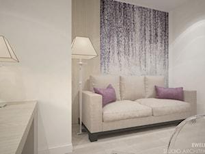 Clever Elegance - Małe szare biuro domowe kącik do pracy w pokoju, styl tradycyjny - zdjęcie od Ewelina Matysiak