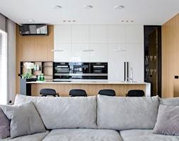 Apartament w pastelach - Średnia otwarta biała kuchnia dwurzędowa w aneksie z oknem, styl nowoczesny - zdjęcie od Interno - Homebook