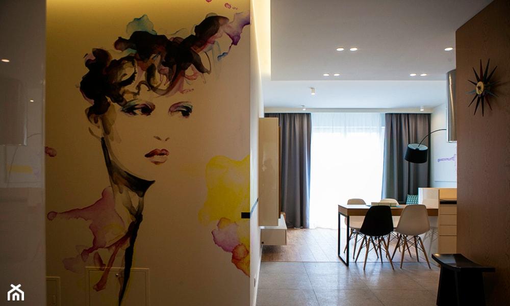 portret kobiety namalowany na ścianie
