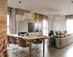 Apartament w pastelach - Duża otwarta szara jadalnia w salonie - zdjęcie od Interno - Homebook