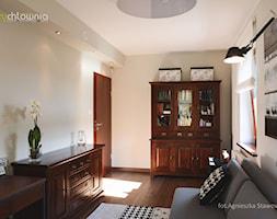 """TUŻ ZA RZEKĄ SOŁĄ - Średnie beżowe białe biuro kącik do pracy w pokoju, styl kolonialny - zdjęcie od Studio Architektury Wnętrz """"rychtownia"""""""