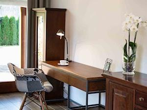 """TUŻ ZA RZEKĄ SOŁĄ - Średnie beżowe biuro domowe kącik do pracy w pokoju, styl kolonialny - zdjęcie od Studio Architektury Wnętrz """"rychtownia"""""""