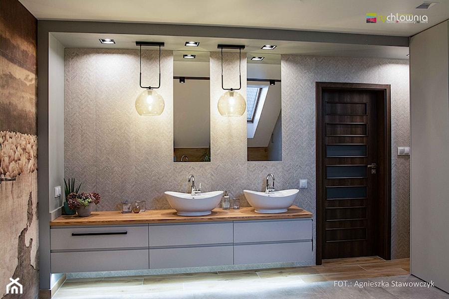 """LUXURY BATH - Średnia szara łazienka na poddaszu w domu jednorodzinnym z oknem, styl nowoczesny - zdjęcie od Studio Architektury Wnętrz """"rychtownia"""""""