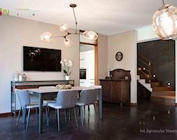 """TUŻ ZA RZEKĄ SOŁĄ - Średnia otwarta beżowa jadalnia w salonie, styl włoski - zdjęcie od Studio Architektury Wnętrz """"rychtownia"""""""