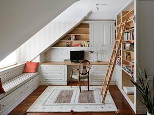 Klasyka pod Warszawą - Małe białe biuro kącik do pracy na poddaszu w pokoju - zdjęcie od Pracownia projektowa Poco Design