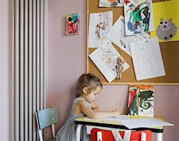 Ćwierkanie na ścianie - Mały różowy pokój dziecka dla chłopca dla dziewczynki dla ucznia dla malucha - zdjęcie od Pracownia projektowa Poco Design