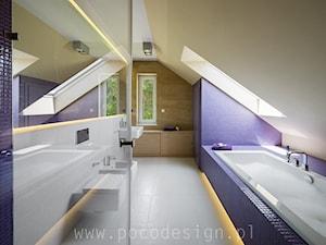 Kolorowy minimalizm - Średnia beżowa łazienka na poddaszu w domu jednorodzinnym z oknem - zdjęcie od Pracownia projektowa Poco Design