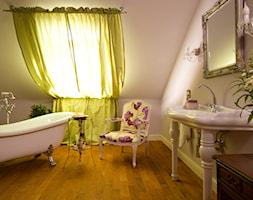 Dom tancerzy - Średnia beżowa fioletowa łazienka na poddaszu w domu jednorodzinnym z oknem - zdjęcie od Pracownia projektowa Poco Design