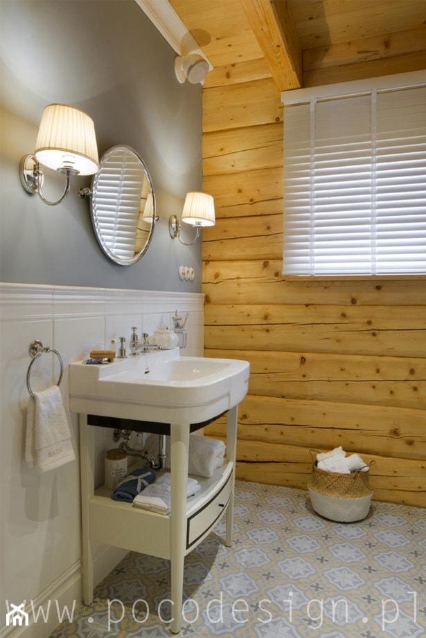 Letnisko z bali - Biała szara łazienka na poddaszu w domu jednorodzinnym z oknem - zdjęcie od Pracownia projektowa Poco Design