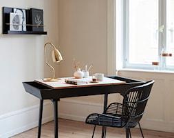Małe beżowe biuro kącik do pracy w pokoju, styl skandynawski - zdjęcie od loftbar.pl