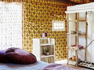 Mały taras z przodu domu z tyłu domu, styl eklektyczny - zdjęcie od loftbar.pl