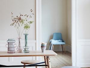 Mała zamknięta biała beżowa jadalnia jako osobne pomieszczenie, styl skandynawski - zdjęcie od loftbar.pl