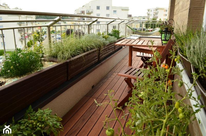 #pieknybalkon - Duży taras z tyłu domu - zdjęcie od elganowii - Homebook