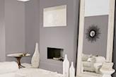 szare ściany i lustro w salonie