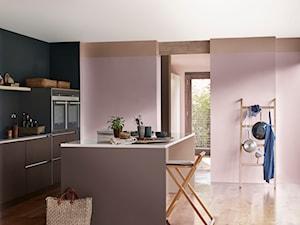 Paleta kolorów roku - Średnia otwarta czarna różowa kuchnia jednorzędowa z wyspą z oknem, styl eklektyczny - zdjęcie od Dulux
