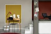 żółto - szare ściany w pokoju dziennym, drewniane biurko