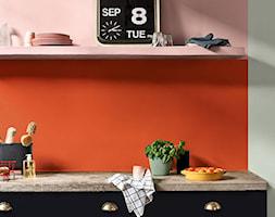 Kolor Roku 2020 - Mała otwarta szara pomarańczowa kuchnia jednorzędowa, styl eklektyczny - zdjęcie od Dulux - Homebook