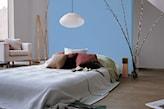 niebieska ściana w sypialni