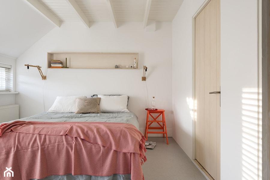 Nowości 2019 - Średnia biała sypialnia małżeńska na poddaszu, styl eklektyczny - zdjęcie od Dulux