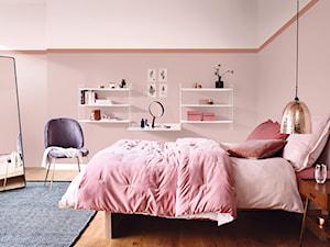 Nowości 2019 - Średnia różowa sypialnia małżeńska, styl minimalistyczny - zdjęcie od Dulux