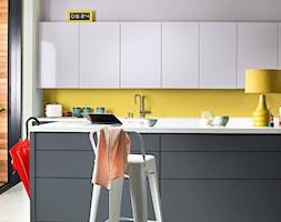 Kolor Roku 2020 - Średnia otwarta biała żółta kuchnia dwurzędowa w aneksie z oknem, styl eklektyczny - zdjęcie od Dulux - Homebook