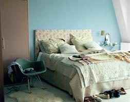 Sypialnie - Mała biała niebieska sypialnia małżeńska na poddaszu, styl eklektyczny - zdjęcie od Dulux